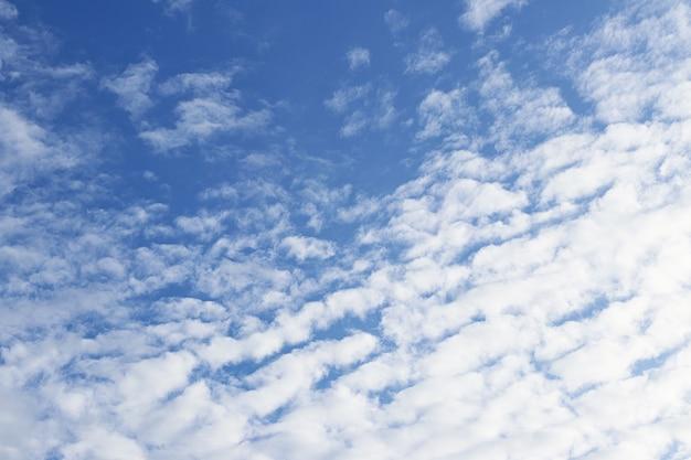 Blauer himmel mit wolke flauschig für hintergrund