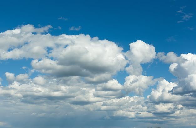 Blauer himmel mit wolke, großer himmelhintergrund.