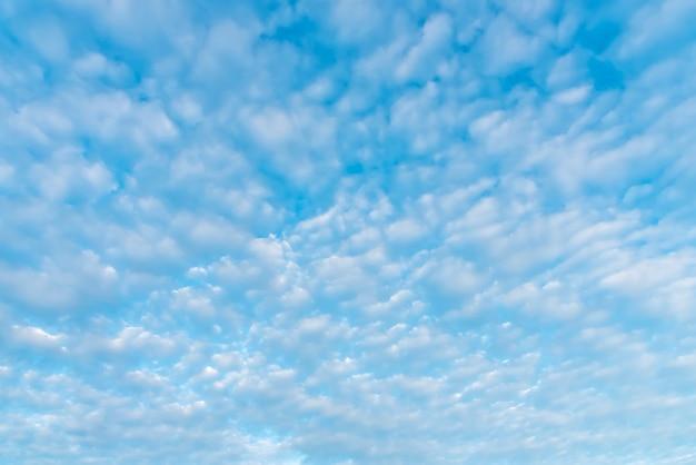 Blauer himmel mit wolke im sommer. umwelt und natur hintergrund.