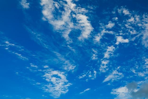 Blauer himmel mit wolke