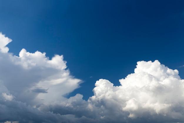 Blauer himmel mit wolken am tag die wolken am himmel werden durch sonnenlicht beleuchtet. helles und schönes wetter mit einer landschaft mit blauem himmel