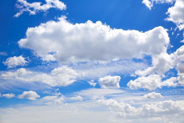 Blauer himmel mit wolken an einem sonnigen tag