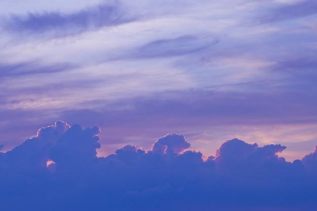 Blauer himmel mit wolken, sommerzeit, schöner himmel