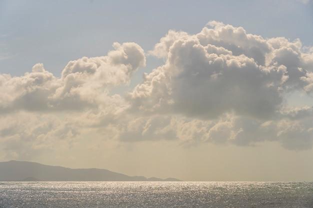 Blauer himmel mit wolken über meerwasser. naturzusammensetzung.