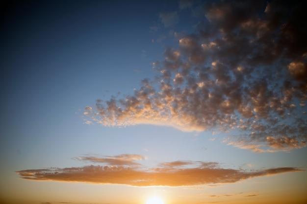 Blauer himmel mit wolken und sonnenreflexion im wasser mit platz für ihren text, der wolkennebel betäubt