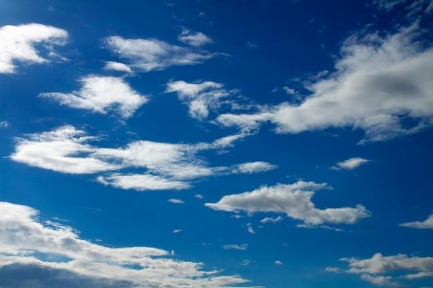Blauer himmel mit wolken. zusammensetzung der natur.
