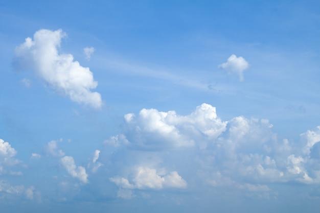 Blauer himmel mit wolkenhintergrund hat platz für gesetzten text oder produkt