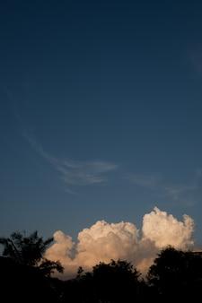Blauer himmel mit wolkenhintergrund, sommerzeit, schöner himmel