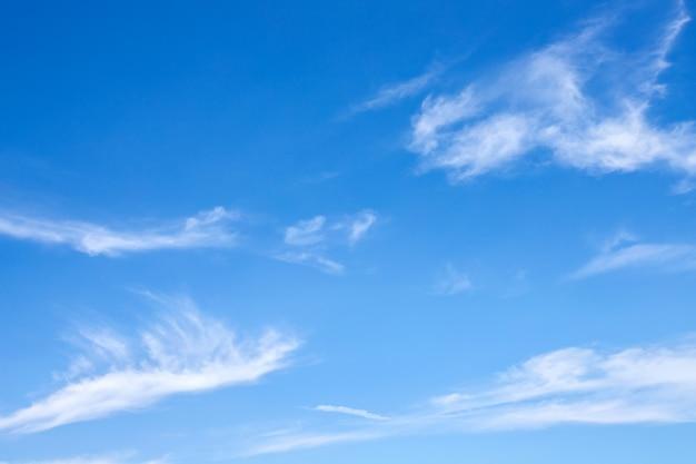 Blauer himmel mit wolkenhintergrund und abstrakter beschaffenheit