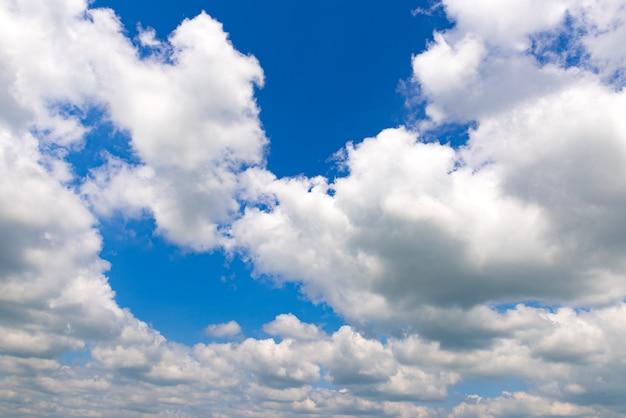 Blauer himmel mit wolkenhintergrund