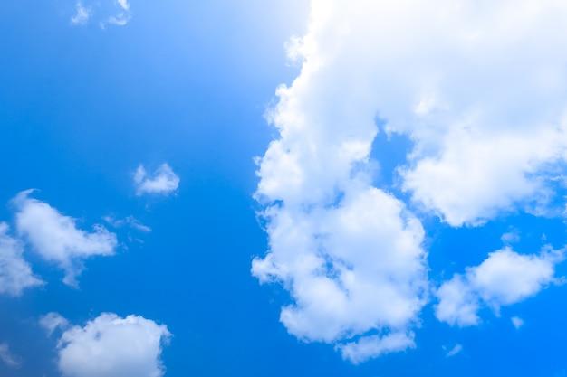 Blauer himmel mit wolkenhintergrundbeschaffenheit