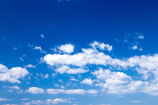 Blauer himmel mit wolkennahaufnahme