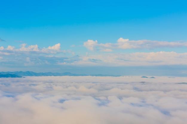 Blauer himmel mit wolkenschichten