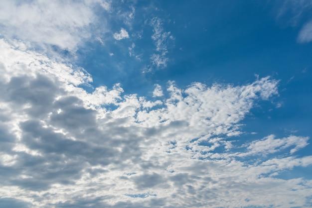 Blauer himmel mit wolkensonnenuntergangzeit