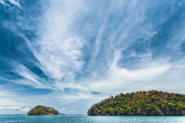 Blauer himmel über dem ozean und den klippen. thailand.