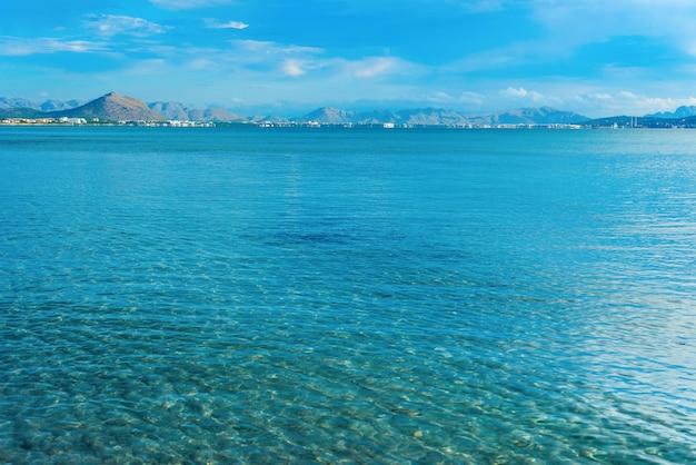 Blauer himmel über einem blauen meer und einer insel