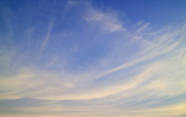 Blauer himmel und cirruswolken für hintergrund