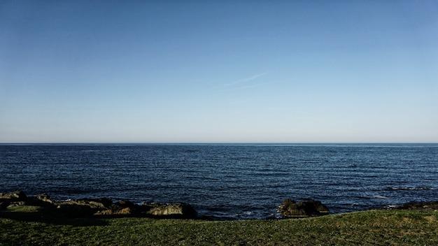 Blauer himmel und meerblick