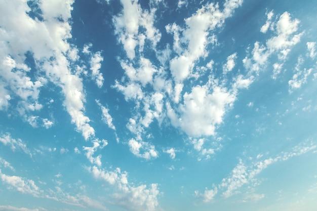 Blauer himmel und schöne wolke. einfacher landschaftshintergrund