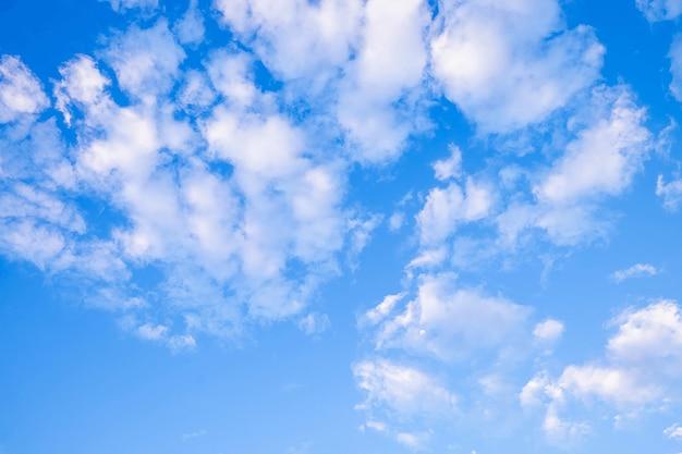 Blauer himmel und schöne wolken