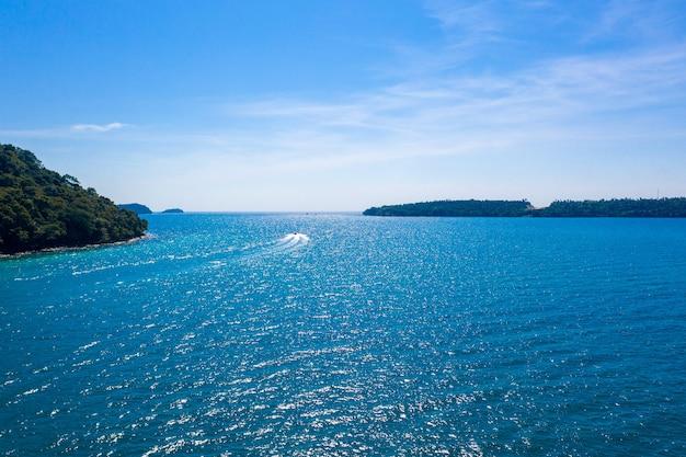 Blauer himmel und türkisfarbener ozean auf der insel neben koh kood im osten von thailand.