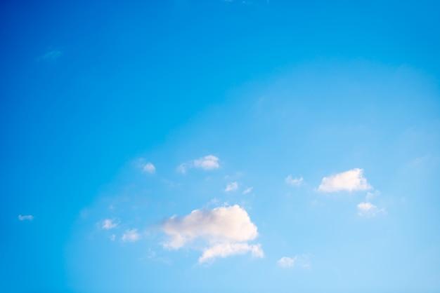 Blauer himmel und weiße wolken als naturhintergrund
