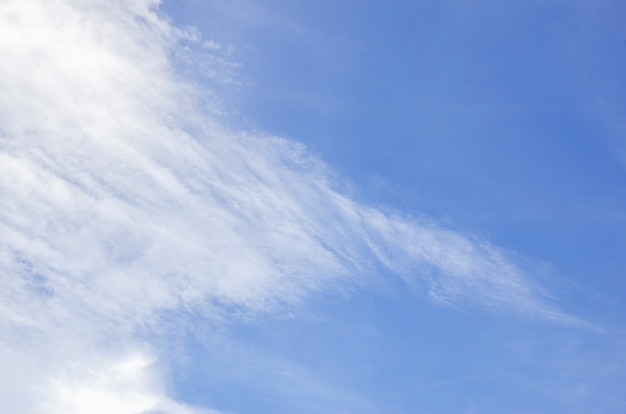 Blauer himmel und weiße wolken mit unscharfem hintergrund
