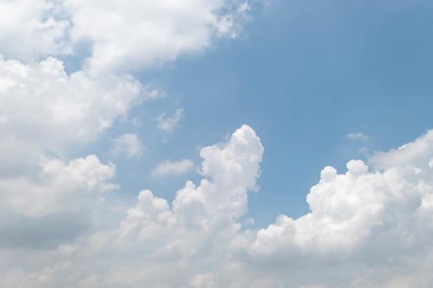 Blauer himmel und weiße wolken