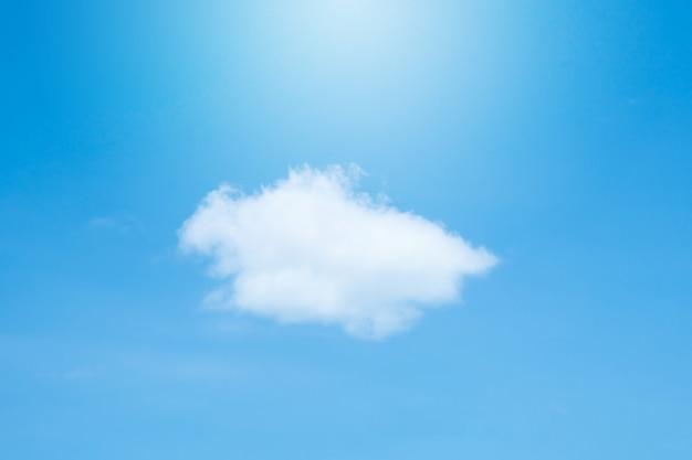 Blauer himmel und wolke am sonnigen tag