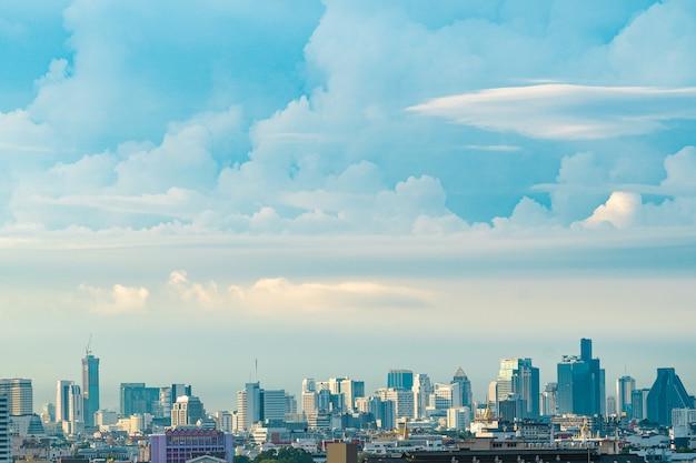 Blauer himmel und wolke mit im stadtzentrum gelegener ansicht der stadt in bangkok thailand