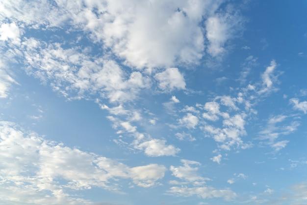 Blauer himmel und wolken mit fläche für kopierraum.