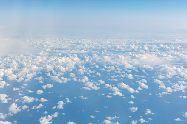 Blauer himmel vom flugzeug. blick über die wolken.