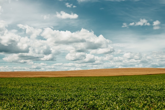 Blauer himmel weiße wolken.