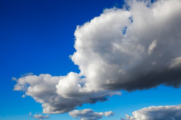 Blauer himmel, wo die wolken hell sind, nahaufnahme