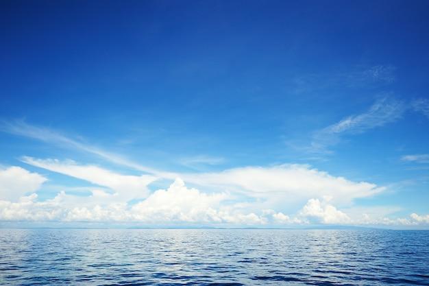 Blauer himmel wolke mit einem meer