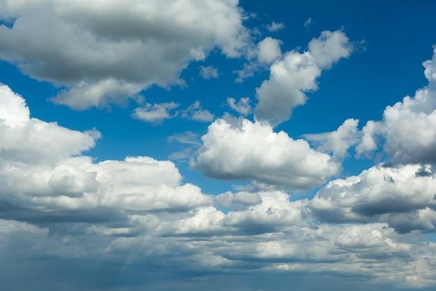 Blauer himmelhintergrund mit großen weißen wolken