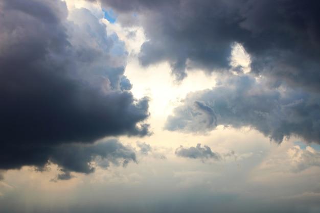 Blauer himmelhintergrund mit weißen wolken. wolken mit blauem himmel