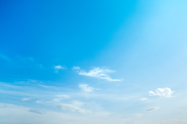 Blauer himmelhintergrund mit winzigen wolken.