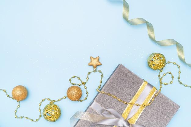Blauer hintergrund des geschenkkastens für geburtstag, weihnachten oder hochzeitszeremonie