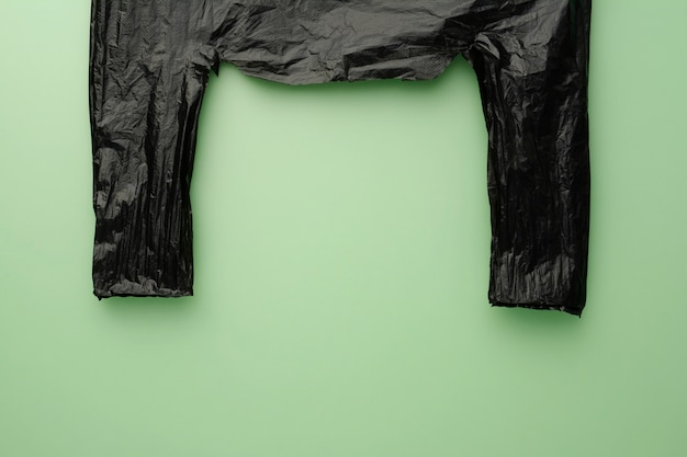 Blauer hintergrund des schwarzen kegels des marktes. kein polyethylen.