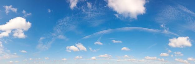 Blauer höhenhimmel über der wiese mit einigen wolken. sieben schüsse stichbild.