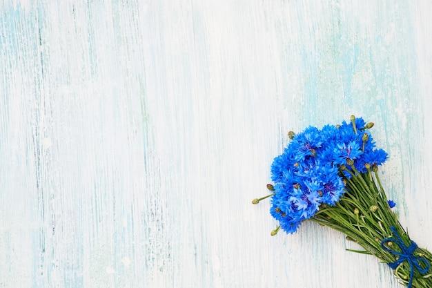 Blauer kornblumenstrauß auf hellem hintergrund