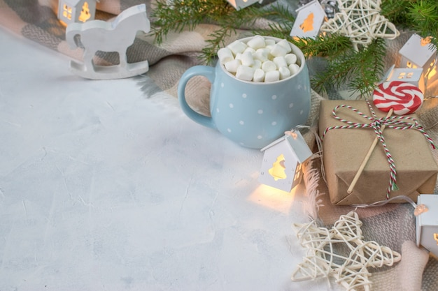 Blauer kreis mit marshmallows neben der decke. weihnachtshintergrund