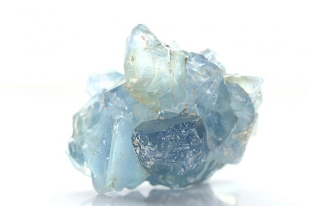 Blauer kristall celestine auf einem weißen hintergrund