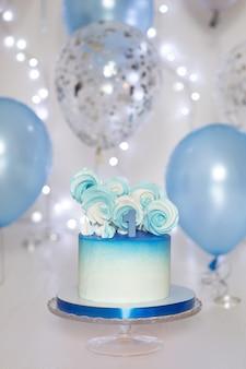 Blauer kuchen und luftballons