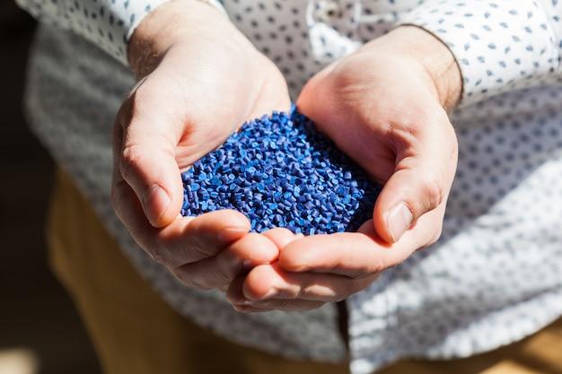 Blauer kunststoff für die kunststoffindustrie