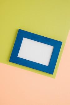 Blauer leerer rahmen auf zweifarbigem hintergrund