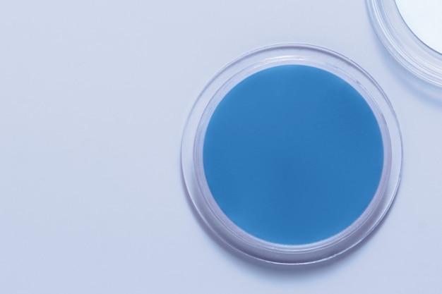 Blauer lippenbalsam im behälter