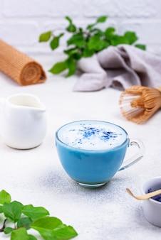 Blauer matcha latte mit milch