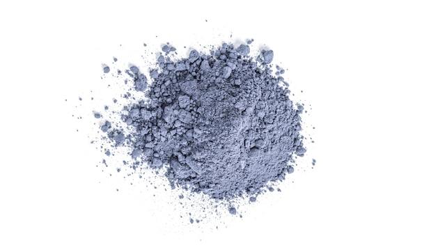 Blauer matcha-tee in pulverform isoliert.
